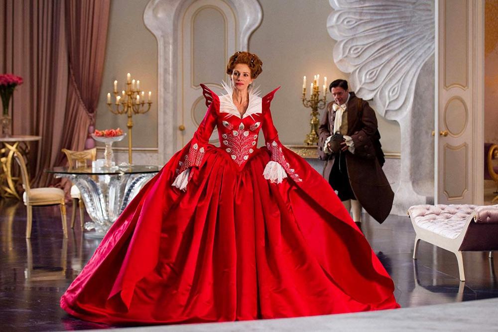 La matrigna (Julia Roberts) con il vestito del ballo in maschera e il fedele Brighton (Nathan Lane). -  Dall'articolo: Snow White vs Snow White and the Huntsman.