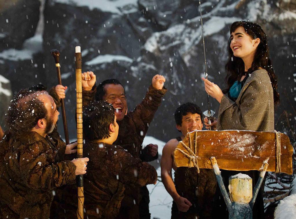 Biancaneve (Lily Collins) con i sette nani. -  Dall'articolo: Snow White vs Snow White and the Huntsman.