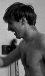 Bobby Fischer Against the World, la vera partita era nella sua mente - Bobby Fischer tira pugni al sacco in una scena del film Bobby Fischer Against the World di Liz Graber.