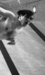 Bobby Fischer Against the World, la vera partita era nella sua mente - Bobby Fischer in piscina in una scena del film Bobby Fischer Against the World di Liz Graber.