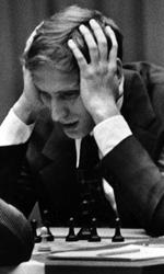 Bobby Fischer Against the World, la vera partita era nella sua mente - In foto Bobby Fischer concentrato durante una partita di scacchi in una scena del film Bobby Fischer Against the World di Liz Graber.