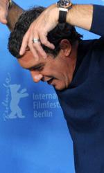 In foto Antonio Banderas (61 anni) Dall'articolo: Berlinale 2012, Fassbender preso a calci da una donna!.