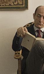 Paura 3D, le foto del film - Peppe Servillo legge un libro comodamente seduto in poltrona in una scena del film Paura 3D dei Manetti Bros.