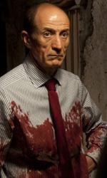 Paura 3D, le foto del film - Un minaccioso Peppe Servillo, con la camicia sporca di sangue, sul set del film Paura 3D dei Manetti Bros.