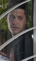 Paura 3D, le foto del film - Domenico Diele e Claudio Di Biagio, guardano spaventati attraverso la finestra, in una scena del film Paura 3D dei Manetti Bros.