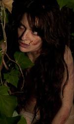 Paura 3D, le foto del film - Francesca Cuttica, seminuda tra le foglie, in una scena del film Paura 3D dei Manetti Bros.