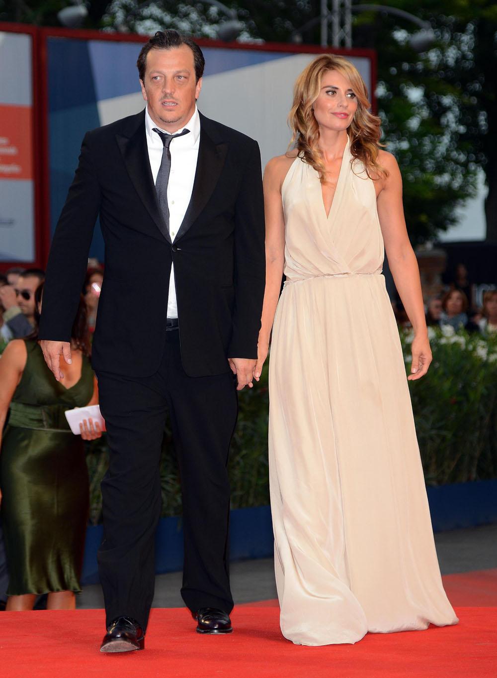 Venezia 69, qualche fischio a Malick e applausi per Vicari - Gabriele Muccino e Angelica Russo sul red carpet.