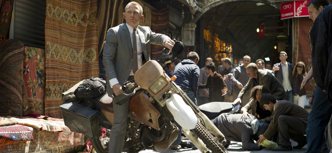 In foto Daniel Craig (53 anni) Dall'articolo: Skyfall apre in testa in Italia.