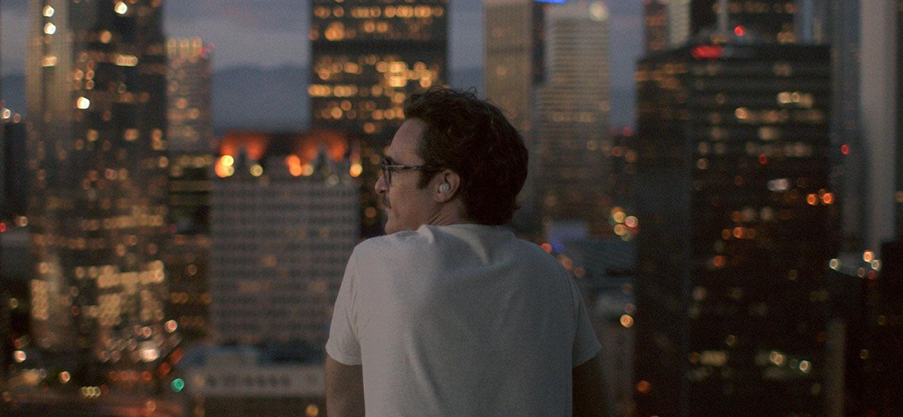 In foto una scena del film Lei di Spike Jonze. -  Dall'articolo: Artificial Intelligence in Love.