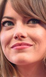 71. Mostra del Cinema, le foto del red carpet di Birdman - Nell'impresa di Riggan viene coinvolta anche la figlia ribelle Sam (Emma Stone, in foto), appena uscita dal centro di disintossicazione.