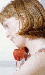 Julianne Moore in 10 momenti da Oscar - AMERICA OGGI È Altman il primo a scoprirne le vere potenzialità, dopo un decennio di filmetti e brutta televisione. In America oggi è Marian, la moglie infedele del Dr.Wyman, apparentemente fragilissima in realtà sessualmente potente. E proprio il tema di una sessualità pronta ad esplodere dietro una patina insospettabile è uno dei tratti che meglio si sono attaccati al suo corpo da quel momento.