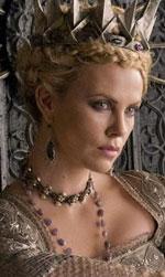 Into the Woods, quella strega di Meryl Streep - Charlize Theron ha interpretato con regalità la più bella del reame in Biancaneve e il cacciatore.
