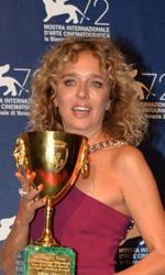 Venezia 72, il trionfo di Desde Allà - In foto Valeria Golino con la Coppa Volpi per la Miglior Interpretazione Femminile.