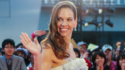 Hilary Swank, diva sul red carpet a Tokyo