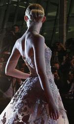 Il glamour è di scena a Cannes - Elle Fanning, protagonista di The Neon Demon di Nicolas Winding Refn, sfila sul Montée des Marches.