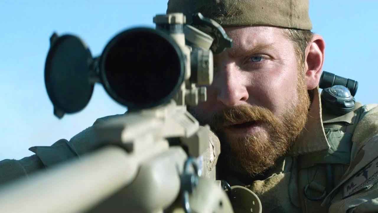 In foto Bradley Cooper (45 anni) Dall'articolo: American Sniper, il film stasera in tv su Canale 5.