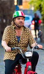 In foto Christian De Sica (67 anni) Dall'articolo: Poveri ma ricchi, la commedia all'italiana ritrova il suo miglior umorismo etnico.