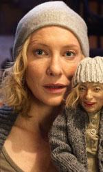 Manifesto: i tredici volti di Cate, dentro e fuori dal film