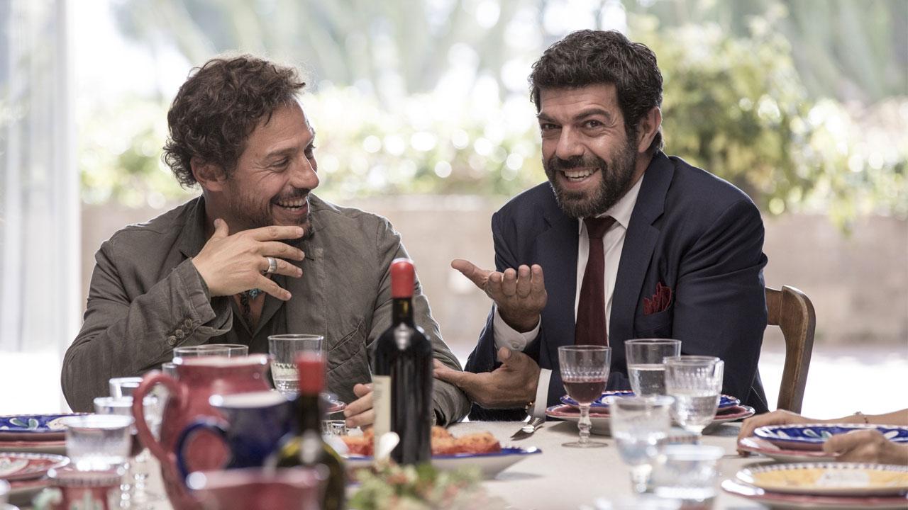 In foto Pierfrancesco Favino (51 anni) Dall'articolo: A casa tutti bene  vola al primo posto del box office.