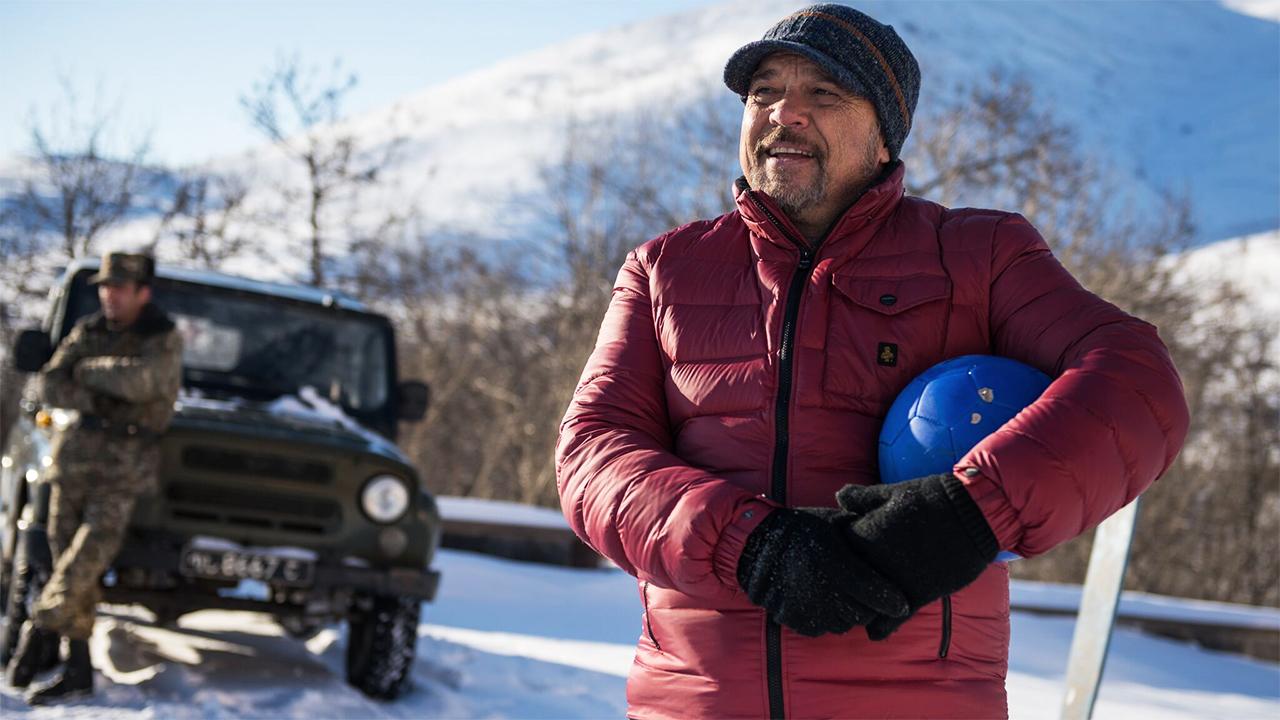 In foto Claudio Amendola (57 anni) Dall'articolo: Hotel Gagarin: «la felicità non entra dalla finestra, ma almeno aprila».