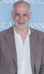 In foto Toni Servillo (59 anni) Dall'articolo: Toni Servillo: «Doppiare? Mi spaventava più che stare sul palco».