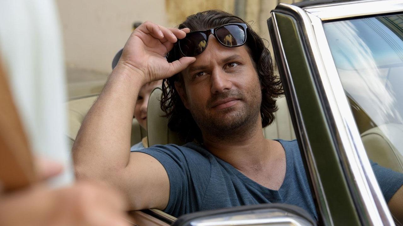 In foto Adam Bousdoukos (45 anni) Dall'articolo: Torna a casa, Jimi!, una bella opera prima fresca e stravagante.