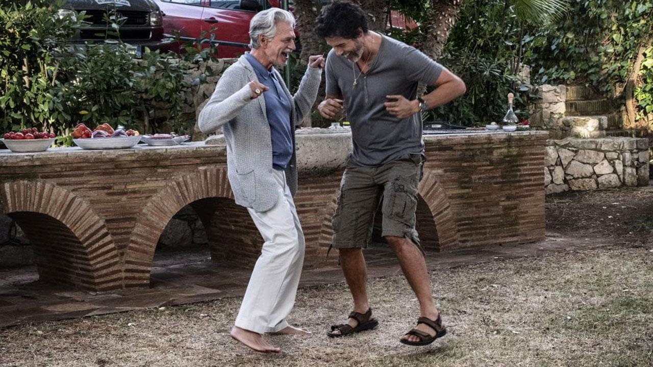 In foto Fabrizio Bentivoglio (62 anni) Dall'articolo: Croce e Delizia, il trailer ufficiale del film [HD].