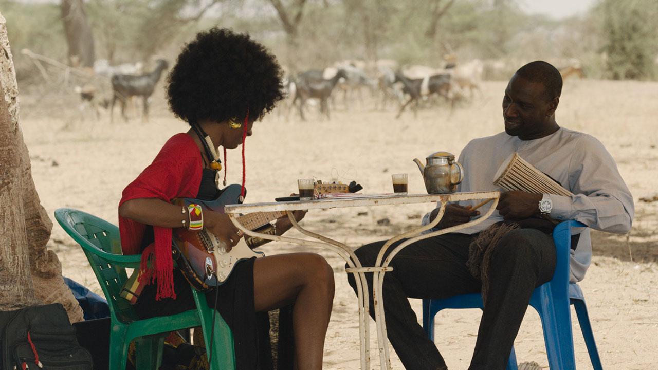 In foto Fatoumata Diawara Dall'articolo: Il viaggio di Yao, una colonna sonora dalle contaminazioni dal Mali.