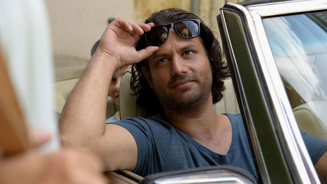 In foto Adam Bousdoukos (45 anni) Dall'articolo: Adam Bousdoukos: 'Avevo le stesse domande del mio personaggio in Torna a casa, Jimi'.