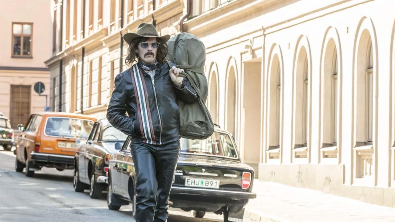 In foto Ethan Hawke (49 anni) Dall'articolo: Rapina a Stoccolma, il trailer italiano del film [HD].