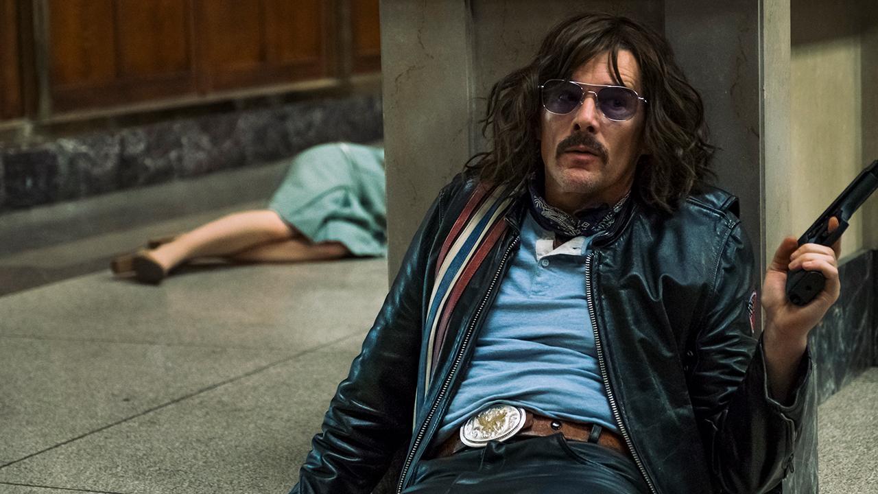 In foto Ethan Hawke (49 anni) Dall'articolo: Rapina a Stoccolma, guarda l'inizio del film.