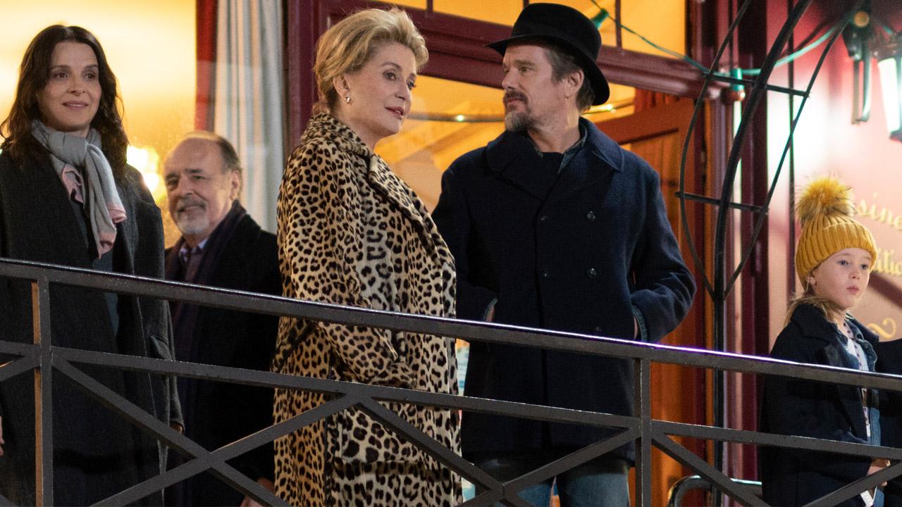 In foto Catherine Deneuve (76 anni) Dall'articolo: Le verità, il trailer italiano del film [HD].