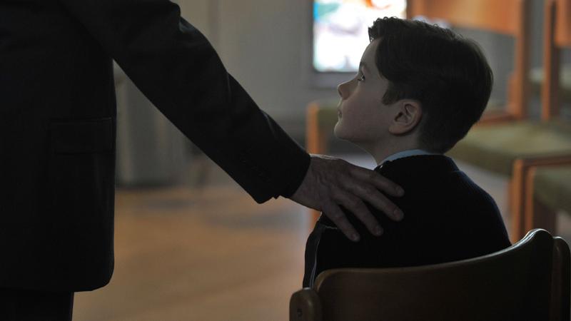 In foto una scena del film Grazie a Dio. -  Dall'articolo: Grazie a Dio, la parola liberata e l'ipocrisia del potere cattolico.