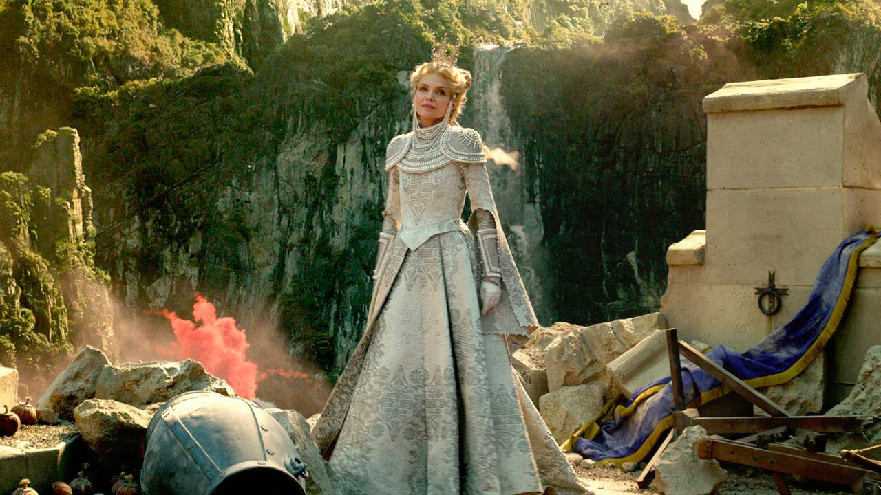 In foto Michelle Pfeiffer (62 anni) Dall'articolo: Italia porto sicuro per la Disney: Maleficent 2 supera i 5 milioni di euro.