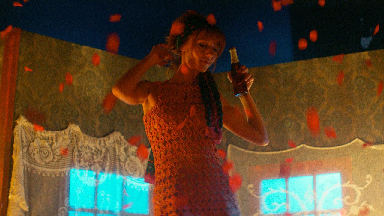 In foto Doria Tillier (35 anni) Dall'articolo: Una danza, una pioggia di rose, tanta leggerezza. In anteprima una scena de La belle époque.