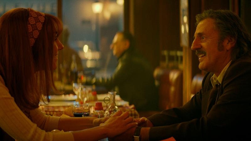 In foto una scena del film La belle époque. -  Dall'articolo: Una danza, una pioggia di rose, tanta leggerezza. In anteprima una scena de La belle époque.