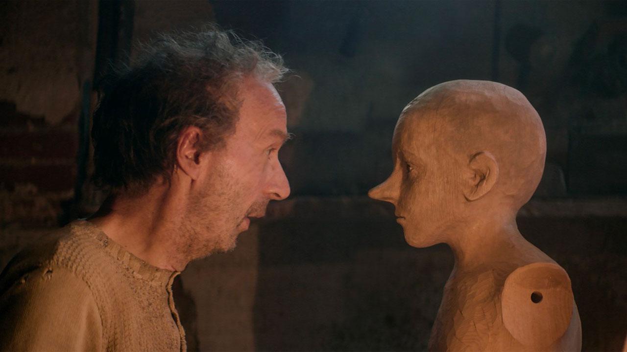 In foto Roberto Benigni (68 anni) Dall'articolo: Il Pinocchio di Garrone debutta al secondo posto del box office.