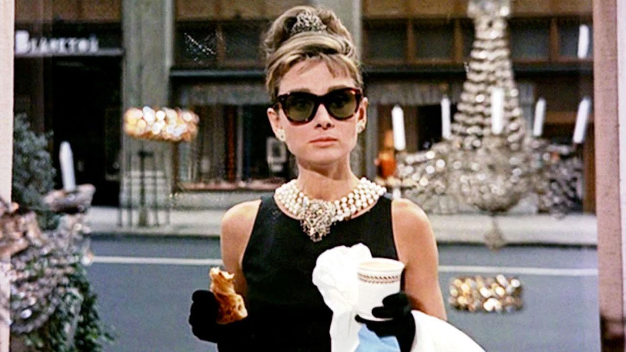 In foto Audrey Hepburn Dall'articolo: Colazione da Tiffany, un cult intramontabile con un'iconica Audrey Hepburn.
