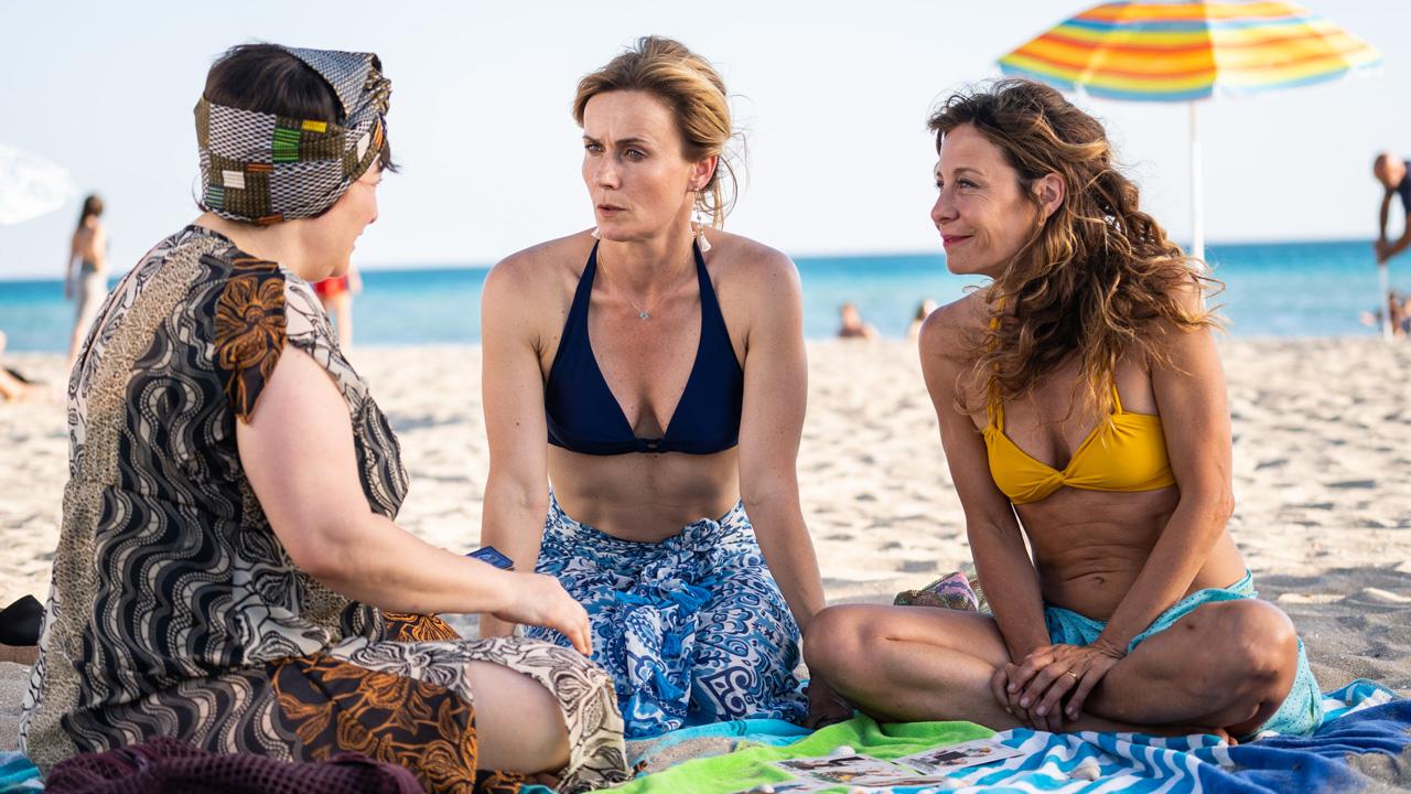 In foto Lucia Mascino (44 anni) Dall'articolo: Odio l'estate stacca Harley Quinn e si riconferma leader del Box Office.