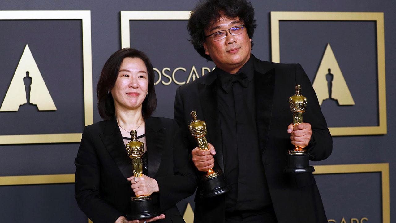 In foto Bong Joon-ho (51 anni) Dall'articolo: Bong Joon-ho vince l'Oscar alla Miglior regia per Parasite - Oscar 2020.