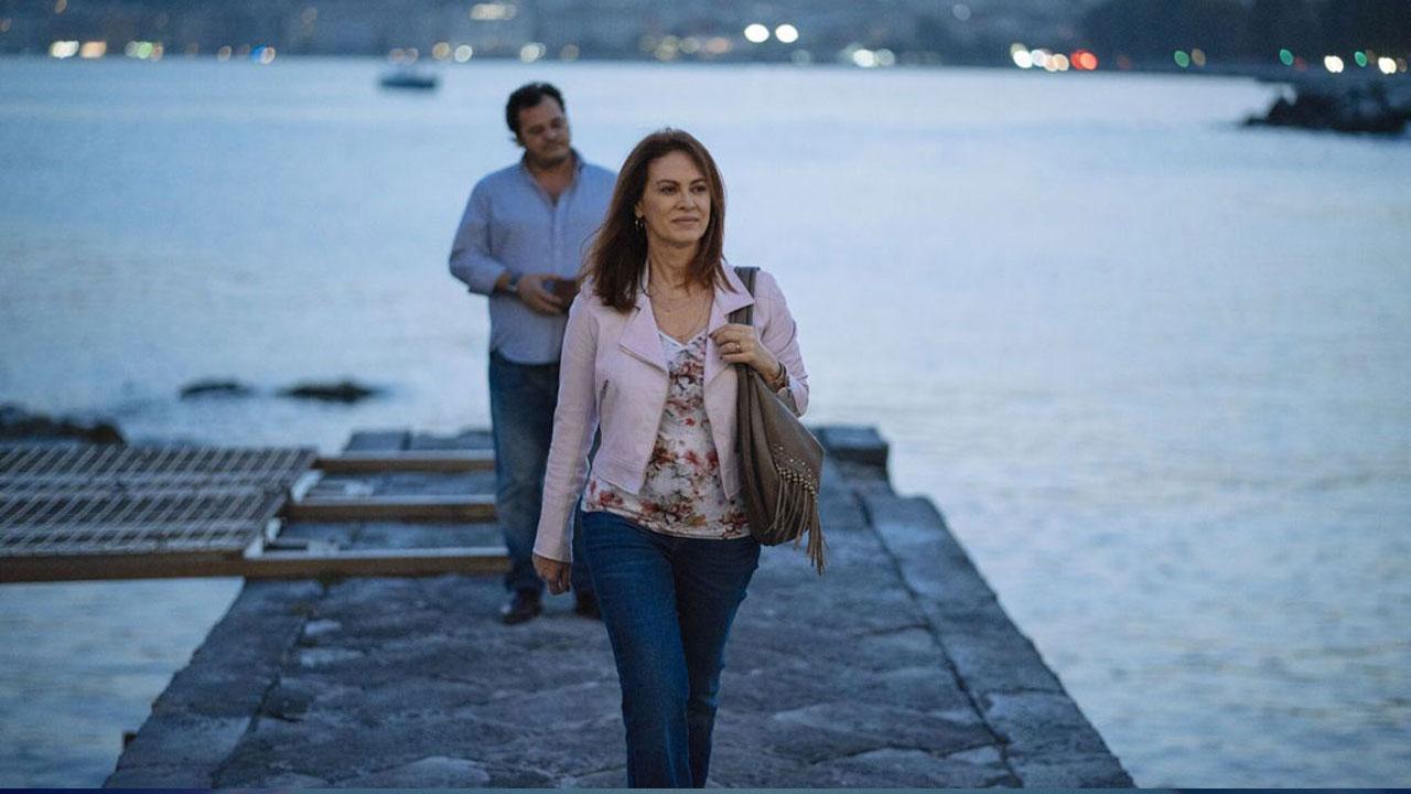 In foto Elena Sofia Ricci (58 anni) Dall'articolo: Vivi e lascia vivere, stasera il 9° e 10° episodio su RAIUNO.