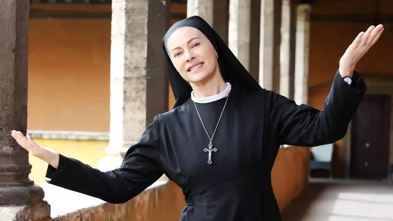 In foto Elena Sofia Ricci (59 anni) Dall'articolo: Che Dio ci aiuti, i primi due episodi della 5a stagione stasera su Raiuno.