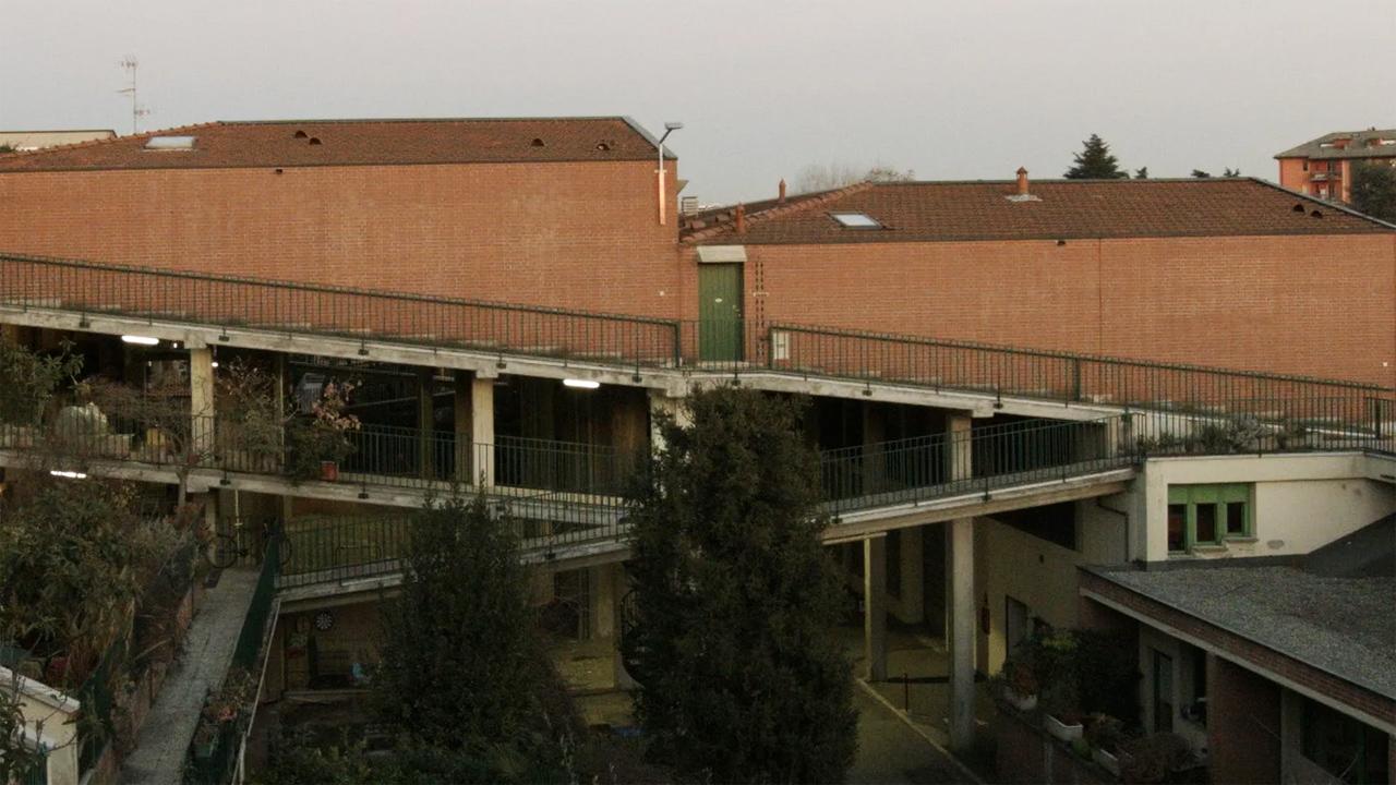 Il condominio inclinato, un doc che ricorda e rilancia un'idea di società aperta