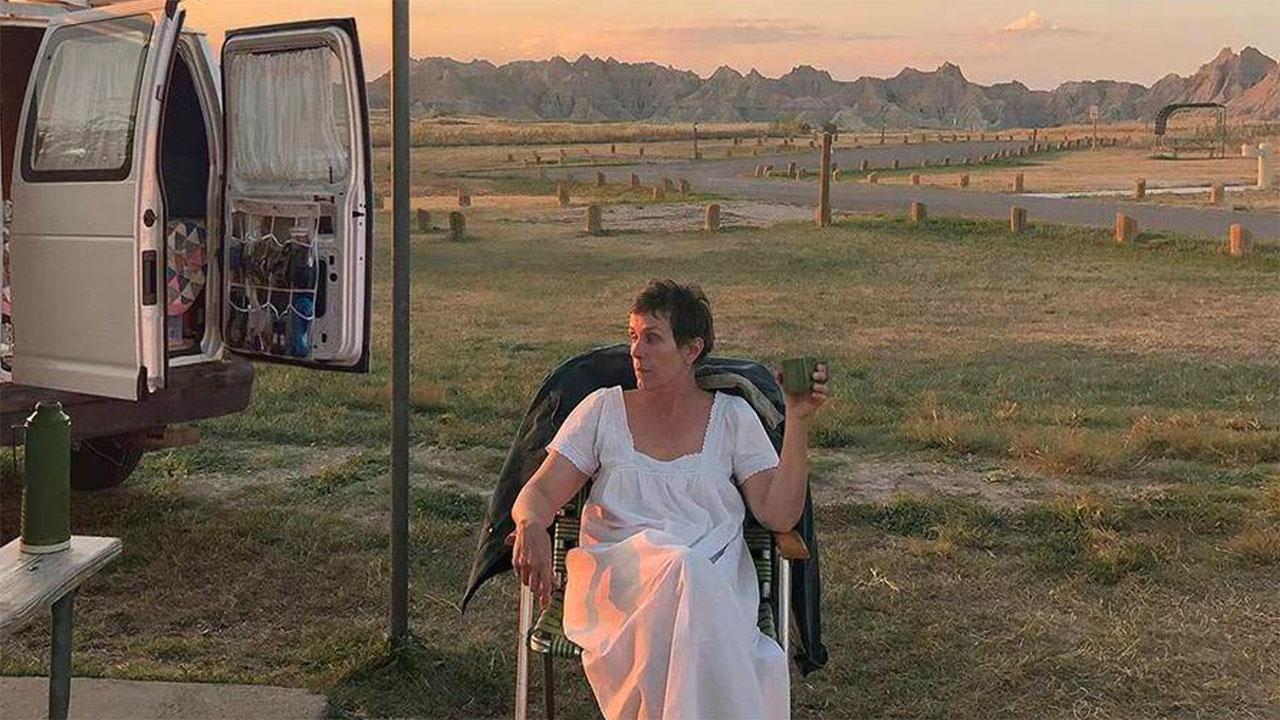 In foto Frances McDormand (64 anni) Dall'articolo: Nomadland, prossimamente al cinema e dal 30 aprile su Star all'interno di Disney+.