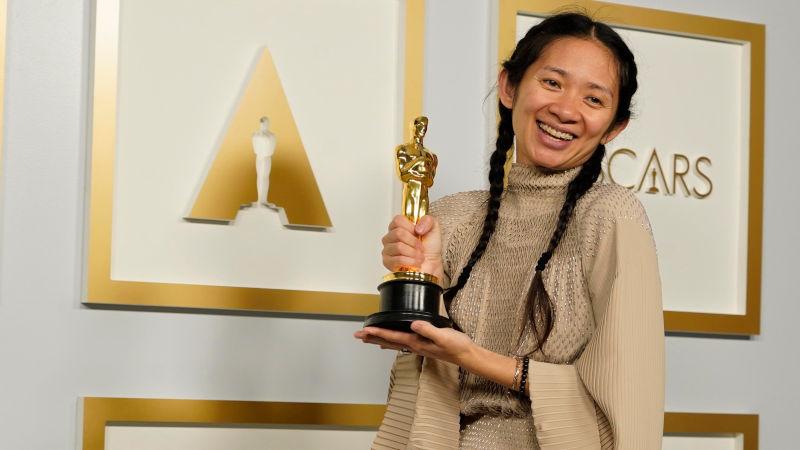 In foto Chloé Zhao (39 anni) Dall'articolo: Oscar 2021, è il trionfo di Nomadland - Tutti i vincitori.
