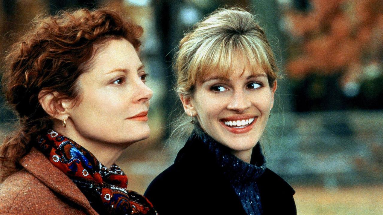 Susan Sarandon è seria, mentre Julia Roberts sorride in una scena di Nemiche Amiche, 1998
